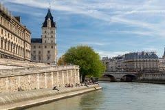 塞纳河的美丽如画的堤防在巴黎,法国 大厦和结构树 库存照片