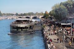 塞纳河银行有游人和大浮动餐馆的巨大数目的 库存图片