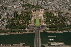 塞纳河,绿叶和Trocadero在一个晴天,看从艾菲尔铁塔上面在巴黎 图库摄影