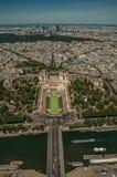 塞纳河,绿叶和Trocadero在一个晴天,看从艾菲尔铁塔上面在巴黎 免版税库存照片