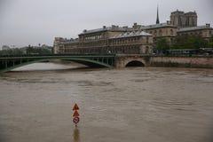 塞纳河洪水在2016年6月02日的巴黎 库存图片