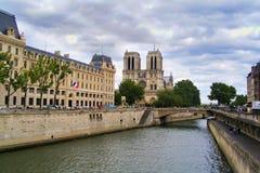 从塞纳河01的巴黎圣母院 库存照片