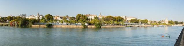 塞维利亚、全景河视图和城市,安大路西亚,西班牙 免版税库存照片