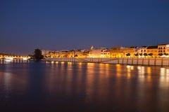 塞维利亚在夜/城市的江边视图之前 免版税库存照片