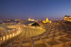 塞维利亚在晚上,西班牙/全景顶视图从现代建筑学是设计JÃ ¼ rgen梅厄, Metropol遮阳伞教育机构de塞维利亚 免版税图库摄影