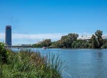 塞维利亚风景,安达卢西亚 在塞维利亚河Guadalqvivir和塔的看法  免版税库存图片