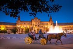 塞维利亚,安大路西亚,西班牙-西班牙的广场在塞维利亚在夜之前 免版税库存图片