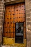 塞维利亚,安大路西亚/西班牙- 2017年10月13日:传统重的木门 库存照片