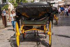 塞维利亚,安大路西亚/西班牙- 2017年10月13日:有黄色轮子的老马推车 库存图片