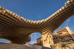 塞维利亚,安大路西亚/西班牙- 2017年10月13日:现代建筑学和蓝天 免版税库存照片