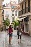 塞维利亚,西班牙-大约2017年10月:走在str的游人 免版税图库摄影