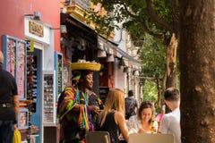 塞维利亚,西班牙- 2017年10月23日:有一个篮子的非洲妇女在她的头 免版税图库摄影