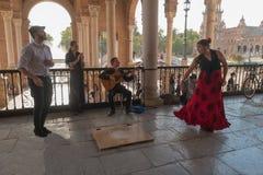 塞维利亚,西班牙- 2017年10月01日:跳舞S的年轻西班牙妇女 免版税库存照片
