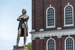 塞缪尔・亚当斯在Faneuil霍尔附近的纪念碑雕象在波士顿马萨诸塞美国 免版税库存照片