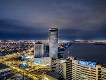 从塞罗萨那阿那的瓜亚基尔夜场面鸟瞰图 免版税库存照片