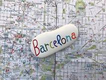 巴塞罗那与一份独特的石纪念品的市地图 免版税库存照片