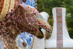 巴塞罗那公园Gaudi蛇和四个加泰罗尼亚的酒吧Guell在mod 库存图片