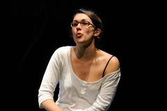 戴巴塞罗那剧院学院的眼镜的一位女演员 图库摄影