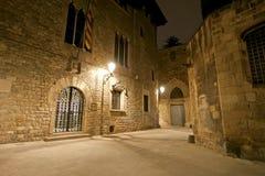 巴塞罗那哥特式闪亮指示运输路线晚上季度 空的巷道在巴塞罗那 免版税图库摄影