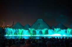 巴塞罗那喷泉横向唱歌 发光的色的喷泉和激光展示 免版税库存图片