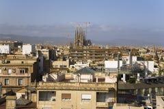 巴塞罗那地平线有Sagrada Familia圣洁家庭教会遥远的看法由建筑师安东尼Gaudi,巴塞罗那,在188开始的西班牙的 免版税库存图片
