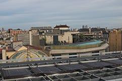 巴塞罗那居民用使用他们的大厦屋顶的不同的方式  库存照片