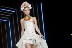 巴塞罗那新娘时尚星期-伊莎贝尔SANCHIS狭小通道 库存图片