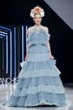 巴塞罗那新娘时尚星期-伊莎贝尔SANCHIS狭小通道 库存照片
