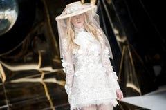 巴塞罗那新娘时尚星期- YOLAN CRIS狭小通道 免版税库存图片