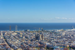 巴塞罗那海地平线、双塔和Sagrada Familia大教堂看法  免版税库存图片
