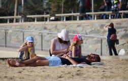 巴塞罗那海滩的游人 免版税库存图片