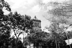 巴塞罗那的大学在一多云天 免版税库存照片
