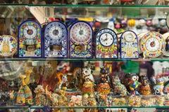 巴塞罗那纪念品在商店窗口里 免版税图库摄影