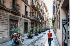巴塞罗那老镇,卡塔龙尼亚,西班牙狭窄的街道的人们  库存照片