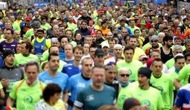 巴塞罗那街道拥挤与赛跑者 免版税库存照片