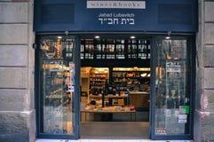 巴塞罗那,卡塔龙尼亚西班牙- 2016年9月:舒适地方读的,现代酒吧概念 书电话巴塞罗那小的家庭商店, w 免版税图库摄影