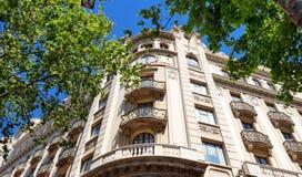 巴塞罗那,西班牙,欧洲-典型大厦门面视图 免版税图库摄影