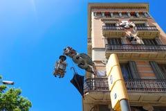 巴塞罗那,西班牙,欧洲-大厦门面和典型灯有龙和伞的 库存图片