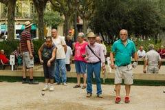 巴塞罗那,西班牙, 16威严2016年:演奏petanque的老人 库存照片