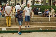 巴塞罗那,西班牙, 16威严2016年:演奏petanque的老人 库存图片