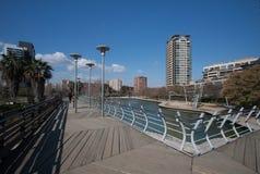 巴塞罗那,西班牙, 2016年3月:在parc对角3月的现代步行桥有在现代摩天大楼的看法 图库摄影