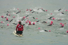 巴塞罗那,西班牙- 2014年10月, 5日:在他们的游泳种族的第一米的Triathletes在甚而巴塞罗那Garmin三项全能期间的 免版税库存照片