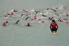 巴塞罗那,西班牙- 2014年10月, 5日:在他们的游泳种族的第一米的Triathletes在甚而巴塞罗那Garmin三项全能期间的 免版税图库摄影