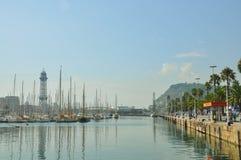巴塞罗那,西班牙- 2016年9月:放松,旅行,海,航行概念 巴塞罗那海口的全景有巡航的乘快艇,缆索铁路 免版税图库摄影
