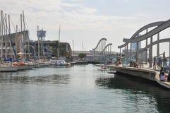 巴塞罗那,西班牙- 2016年9月:有的人们休息,用餐的和观看的巡航乘快艇 水族馆巴塞罗那和缆索铁路 夫妇 库存照片