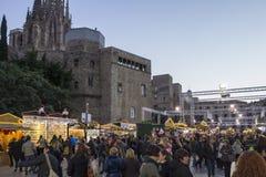巴塞罗那,西班牙- 2015年11月28日:与圣诞节礼物的立场在巴塞罗那,西班牙 Fira de圣诞老人Llucia -圣诞节市场 库存图片