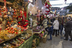 巴塞罗那,西班牙- 2015年11月28日:与圣诞节礼物的立场在巴塞罗那,西班牙 Fira de圣诞老人Llucia -圣诞节市场 免版税库存照片
