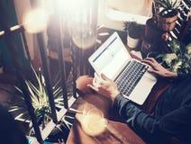 巴塞罗那,西班牙- 2016年2月1日:人登记的facebook页 普通设计膝上型计算机在他的膝盖 3d网络照片回报了社交 免版税库存图片