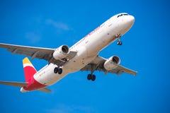 巴塞罗那,西班牙- 2016年8月20日:到达日程表的机场的西班牙国家航空飞机 查出在蓝色背景 特写镜头 免版税库存图片