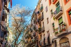 巴塞罗那,西班牙- 2016年4月19日:在哥特式出生的distric的中世纪大厦 免版税库存照片